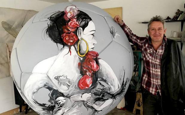 El artista segoviano Luis Moro posa junto al balón./El Norte