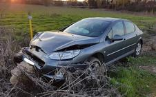 Un conductor se da a la fuga tras provocar dos colisiones, salirse de la vía y chocar contra una piedra