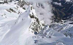 Un borracho asciende una montaña en los Alpes pensando que iba a su hotel