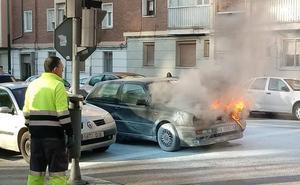 Se para en un semáforo en Valladolid y el coche comienza a arder