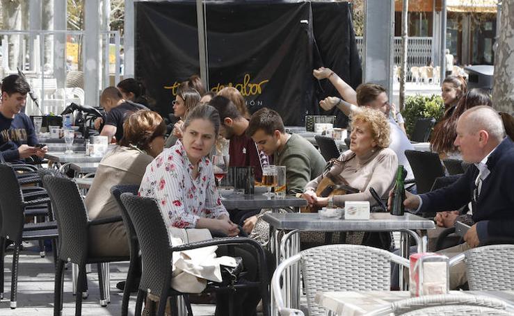 El buen tiempo anima a los palentinos a disfrutar de las terrazas