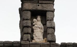 El Ayuntamiento de Segovia estudia sustituir la Virgen del Acueducto por una réplica