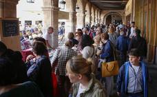 Los libros toman la Plaza Mayor en uno de los días con más ventas para el sector