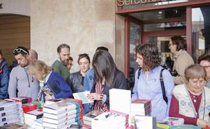 Bullicio de gente en torno al libro en la Plaza Mayor de Salamanca