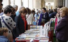 Las librerías de Palencia salen a la calle en una animada jornada de ventas