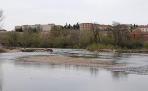 La pesquera cumple su primer mes rota y 2.200 vecinos reclaman la limpieza del río