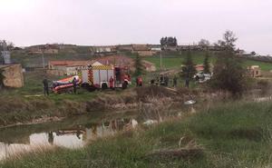 Cae al Canal de Castilla un coche en Villamuriel