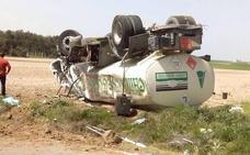 Un camión con 6.000 litros de gasoil se sale de la vía y vuelca en Aldea Real