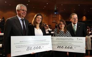 La Asociación contra en Cáncer de Valladolid entrega dos becas de investigación por 180.000 euros