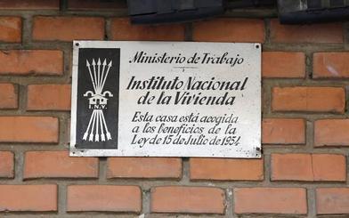 Contra la retirada de placas en edificios promovidos por el Estado
