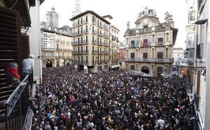 Miles de personas abarrotan calles y plazas contra la sentencia de 'La Manada'