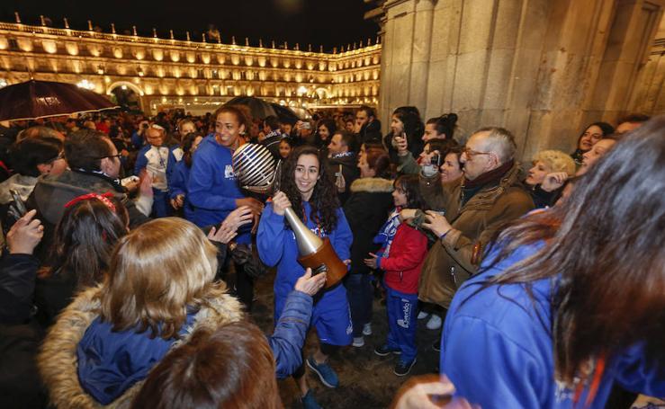 El Perfumerías Avenida celebra en la Plaza Mayor de Salamanca su sexta Liga