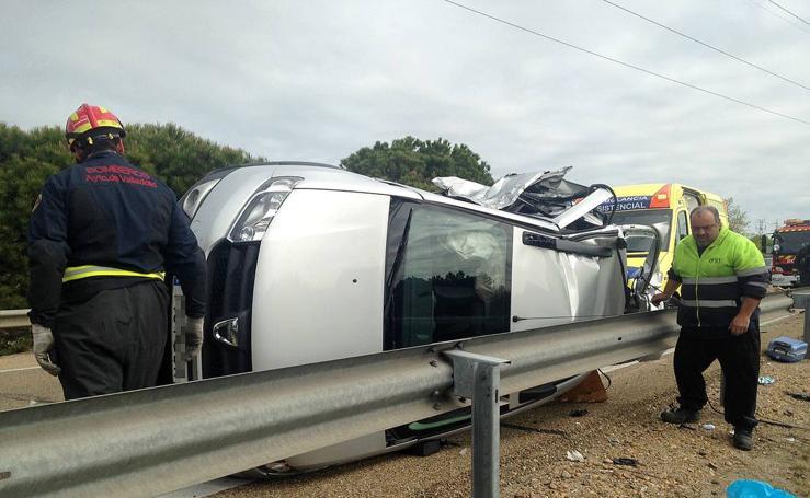 Espectacular colisión de tres vehículos en la A-62, a la altura de Simancas