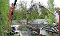 La CHD desmonta los arcos de la pasarela en Peñafiel para devolverlos a su estado original