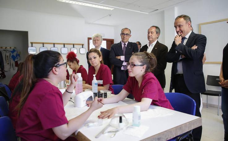 El subdelegado del Gobierno visita el Centro Joven de Cruz Roja de Salamanca
