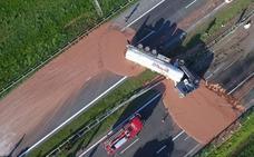 Un accidente crea un río de chocolate caliente en una carretera polaca