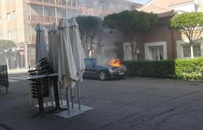 El incendio de un coche en Tudela obliga a intervenir a los bomberos de la capital