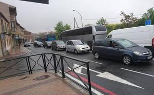 Retenciones en Segovia por el accidente entre un coche de autoescuela y un autobús