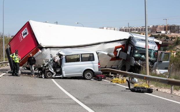 Resultado de imagen de Tres fallecidos en Soria tras colisionar una furgoneta y un vehículo pesado