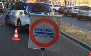 Circula por la acera, cuadruplica la tasa de alcohol y le detienen por golpear a los agentes en Pajarillos