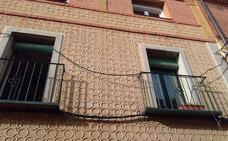 Marañas de cables invaden fachadas e incluso balcones de la calle Daoíz
