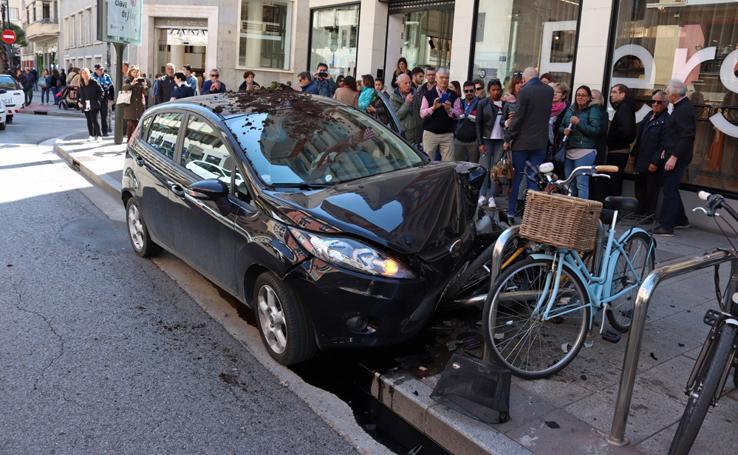 Espectacular accidente en la calle Vitoria