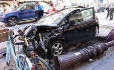Un espectacular accidente sin heridos sobresalta la calle Vitoria