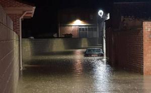 Una tromba de lluvia y granizo anega varias calles de Villarramiel