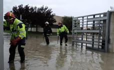 La tormenta inunda calles y viviendas en Renedo