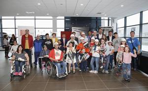 Entrega de raquetas solidarias a personas en riesgo de exclusión