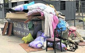 Multada por vaciar un piso del 29 de Octubre para ocuparlo y tirar la basura a la vía pública