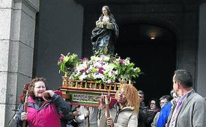 La lluvia resta esplendor a la procesión de la Virgen del Caloco en El Espinar