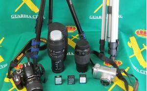 La Guardia Civil recupera material fotográfico sustraído en un coche en Saldaña