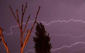 Imponente tormenta eléctrica sobre Peñafiel