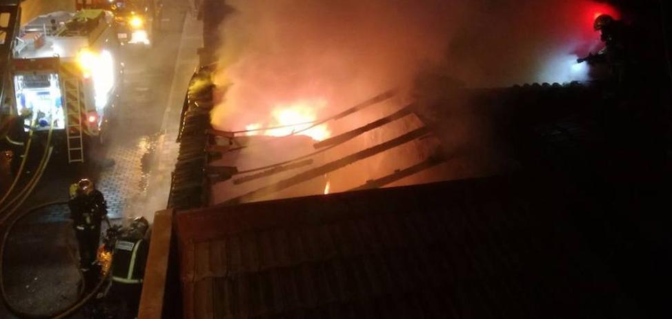 Arde la cubierta de una vivienda en el barrio España de Valladolid