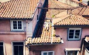 Una vecina de Santander se la juega para tomar el sol en el tejado de su casa