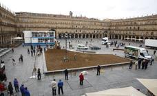 Obras en la Plaza Mayor de Salamanca para el rodaje de la película 'Mientras dure la guerra'