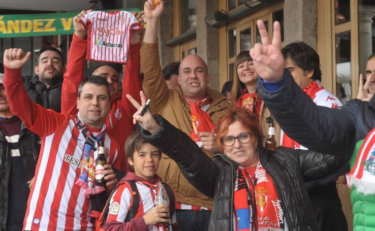 Aficionados del Sporting se pasean por las calles de Valladolid