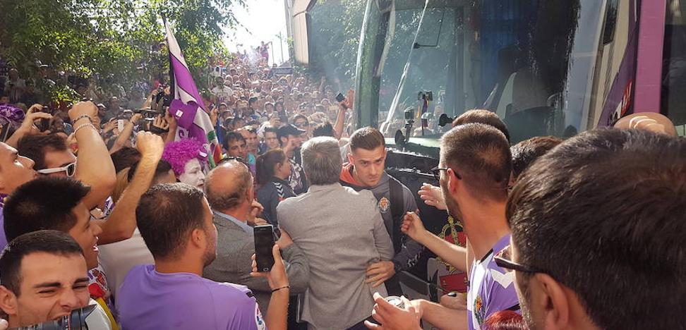 Ruidoso y multitudinario recibimiento de la afición a los jugadores del Real Valladolid