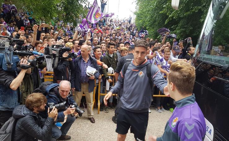 Multitudinario recibimiento de la afición a los jugadores del Real Valladolid en el estadio Zorrilla