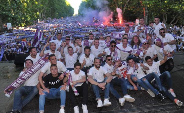 Celebración del Real Valladolid en el autobús y plaza Zorrilla