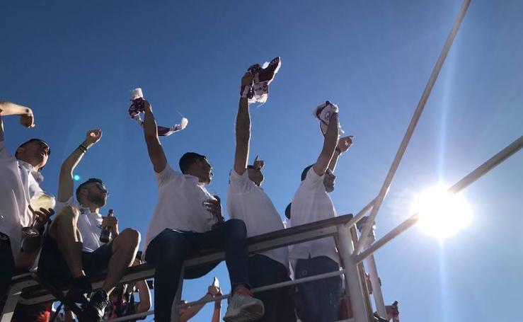 Los jugadores del Real Valladolid festejan el ascenso a bordo del La Leyenda del Pisuerga