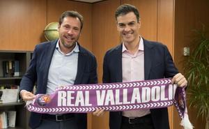 El presidente del Gobierno posa junto a Óscar Puente con la bufanda del Real Valladolid