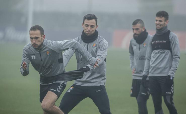 Los jugadores del Real Valladolid entrenan bajo la niebla