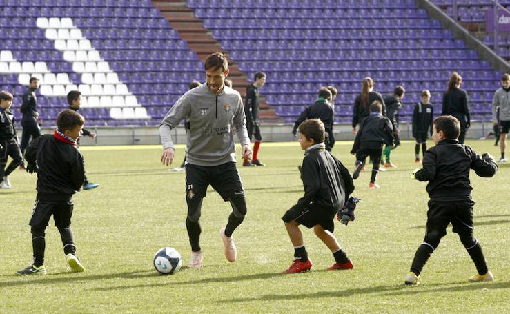 Entrenamiento del Real Valladolid con los niños del Campus de Navidad
