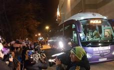 La afición anima al Real Valladolid en su llegada al estadio José Zorrilla