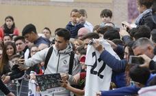 Reguilón se gana a la afición en la llegada del Real Madrid a Valladolid