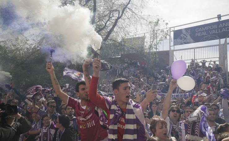 Recibimiento de la afición al Real Valladolid