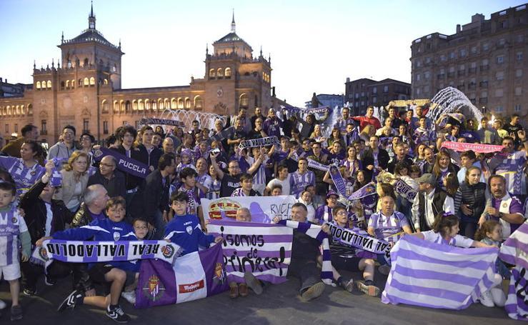 Los aficionados del Pucela celebran la permanencia en la Plaza Zorrilla de Valladolid