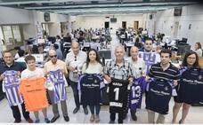Los ganadores del sorteo del Club NC reciben sus camisetas del Real Valladolid